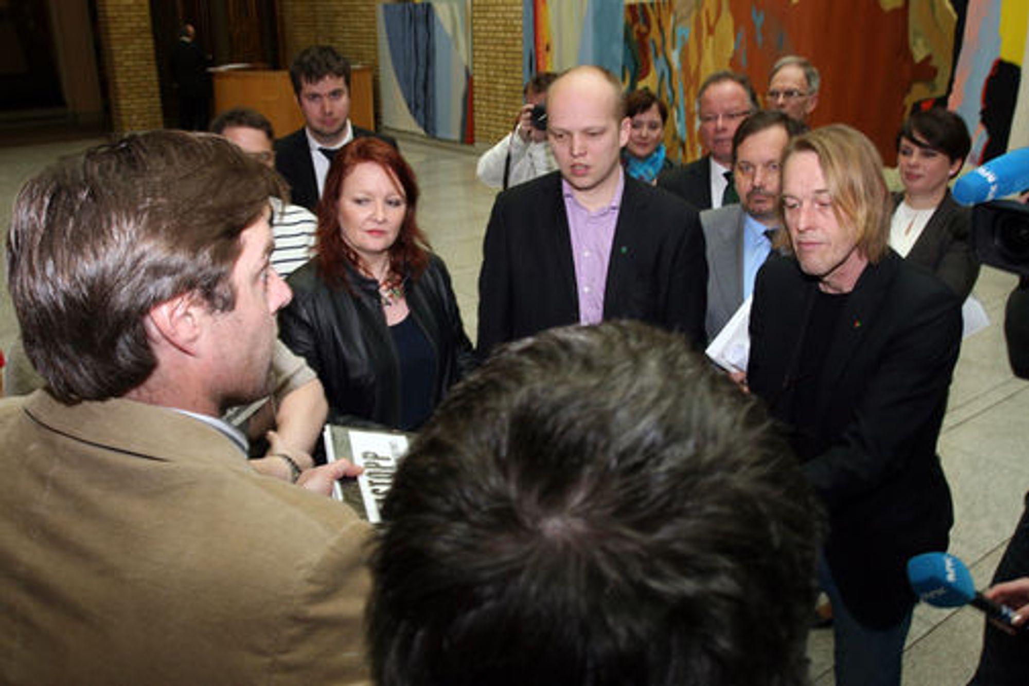 StoppDLD fikk delt ut underskriftene sine til samtlige partier på Stortinget.