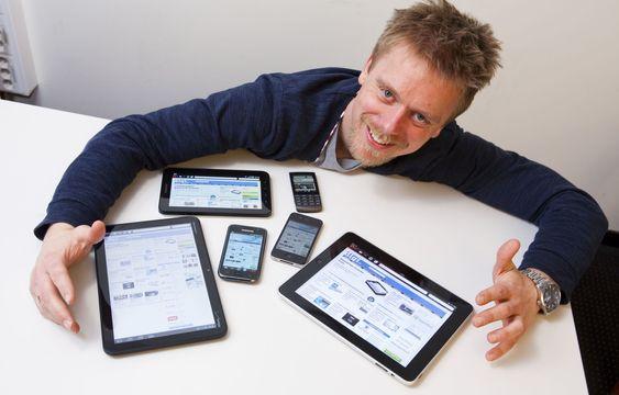 Opera Softwares Tor Odland med en samling mobiler og nettbrett som kan kjøre selskapets nettlesere.