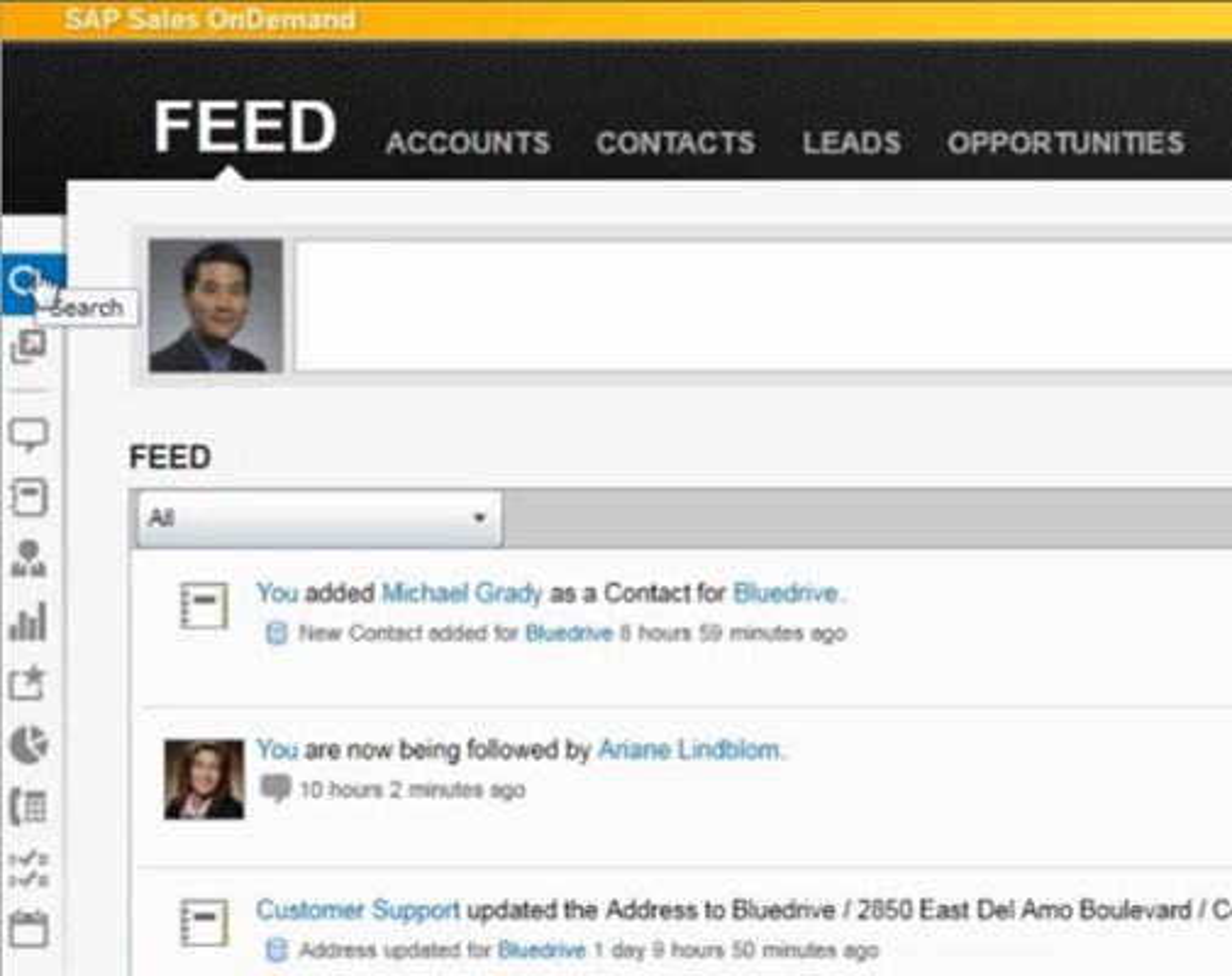Brukergrensesnittet for hovedfanen Feed viser inspirasjonen fra Twitter og Facebook. Merk den automatisk genererte meldingen fra Customer Support som har oppdatert adresseopplysninger for kunden Bluedrive. Feed-funksjonen gjør det mulig å abonnere på oppdateringer fra fritt valgte interne og eksterne kilder.