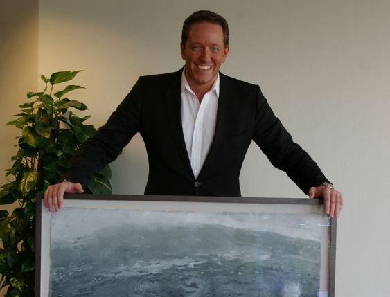 Easybrings adm. direktør viser stolt frem et bilde fra Blomquist, som skal fraktes til en kunde i Norge ved bruk av deres nye nettbaserte haiketjeneste for varer.