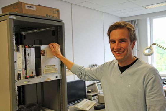 Magnus Jahre, som her viser fram maskinvare som benyttes i forbindelse med testing av prosessorer som er designet ved instituttet.
