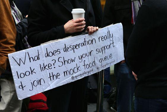 """""""Hvordan ser desperasjon egentlig ut? Vis din støtte og delta i denne liksom-matkøen"""" sto det på en plakat i Sydney. Der hadde hundrevis av Apple-kunder stilt seg opp i håp om å sikre seg et eksemplar. En av dem var Steve Wozniak - en av Apples gründere."""