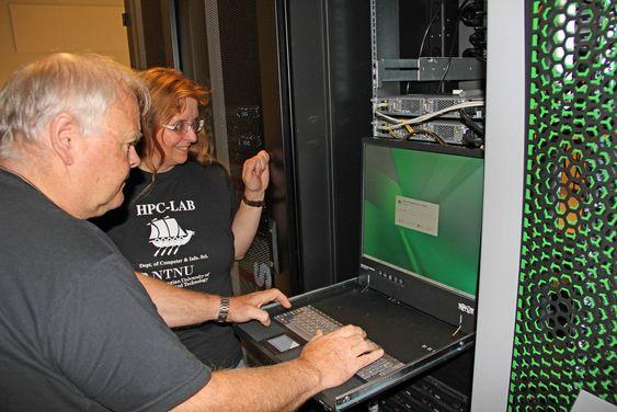 Systemadministrator Arve Dispen logger seg inn på terminalen til Vilje. I innloggingsvinduet går det klart fram at superdatamaskinen kjører SUSE Linux. Ved siden av Dispen står sjef for HPC-laben, Anne Cathrine Elster.