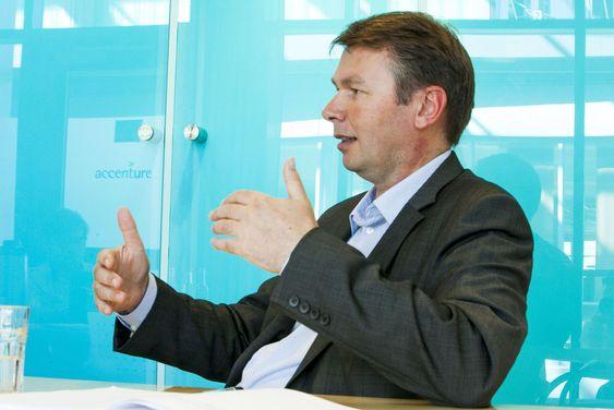- Politikerne i Norge har ikke noe å skamme seg over, mener Accenture-sjefen som sammenligner norske og internasjonale forhold.