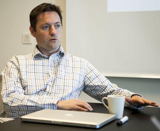 Teknologidirektør og medgründer Aleksander Øhrn har orden på algoritmene. I motsetning til Lervik som ikke programmerer lenger, dykker han også ned i koden.