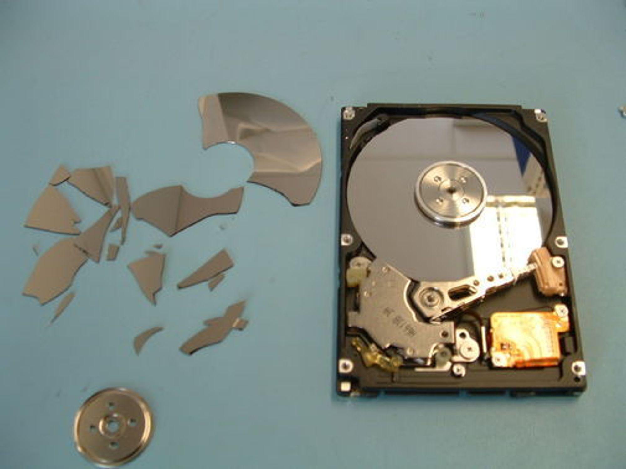 Økokrim fikk rekonstruerte data fra denne harddisken, som gikk i tusen knas etter en 12 etasjers flyvetur.