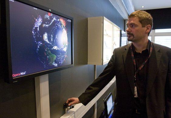 Opera Mini benyttes aktivt av over 20 millioner unike brukere hver måned. Trafikken går via Operas serverpark, og dermed er det mulig å visualisere trafikken direkte på denne skjermen. (Foto: Per Ervland)