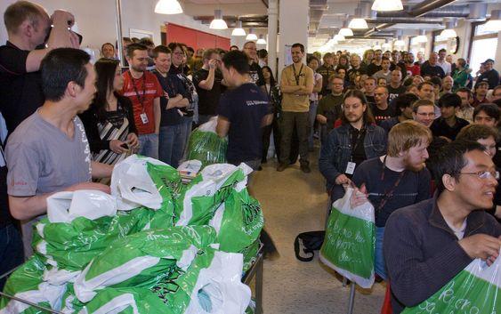 Hver pose er nok til fire ansatte, dere må dele maten, fikk Opera-ansatte beskjed om. (Foto: Per Ervland)