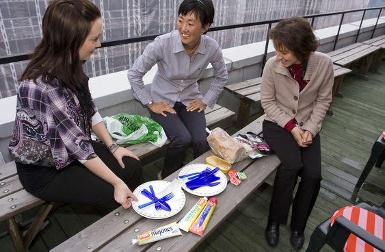 Opera-ansatte tok med lunsjen ut på verandaen. Fra venstre: Silje Berntsen Bogen, Kristin Mi-Ai Birkeland og Carla Carsenzuola. (Foto: Per Ervland)