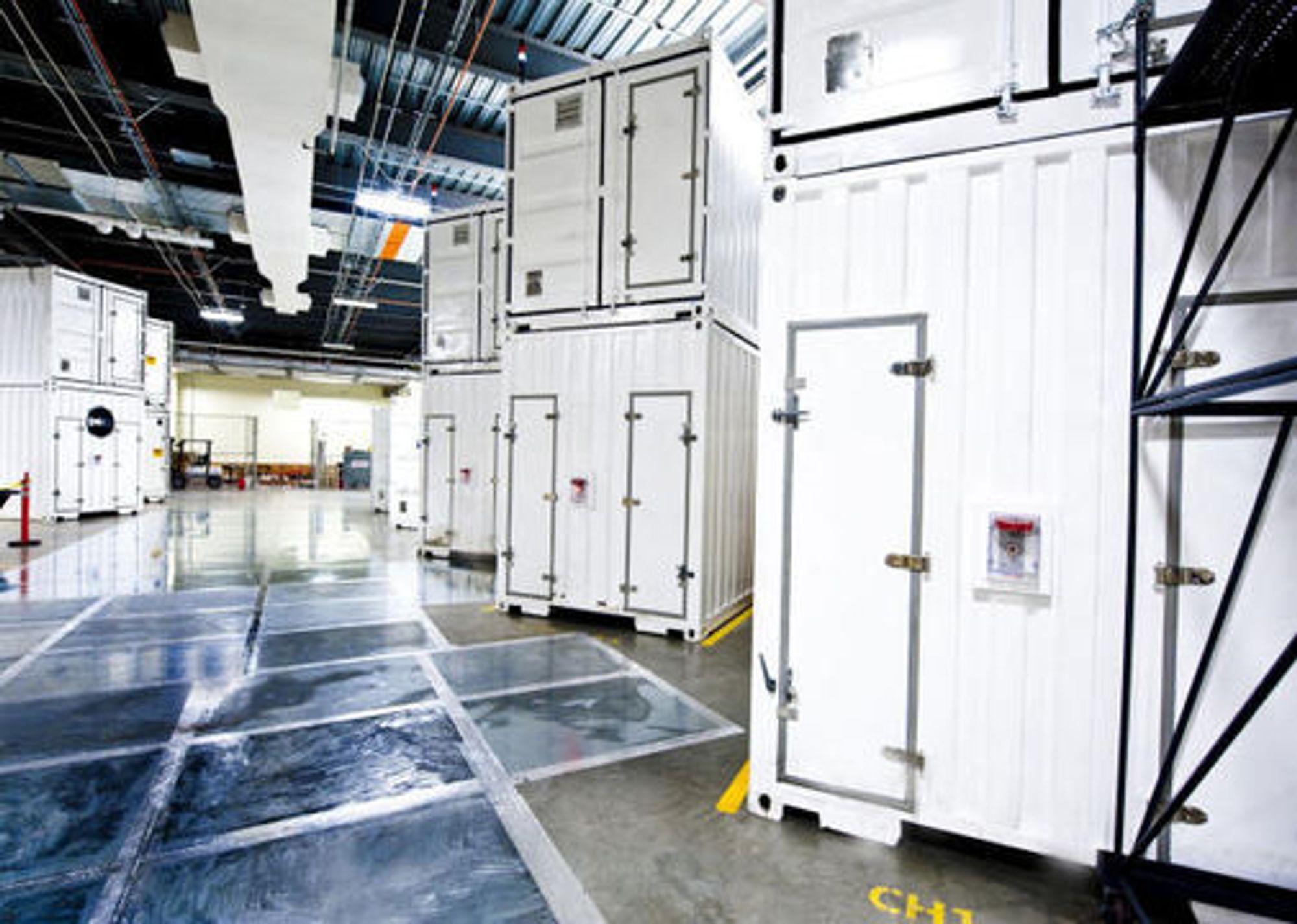 Fra innsiden av Microsofts nye datasentral i Chicago, der 10 toetasjes 12 meter lange og 60 tonn tunge serverkonteinere er på plass.