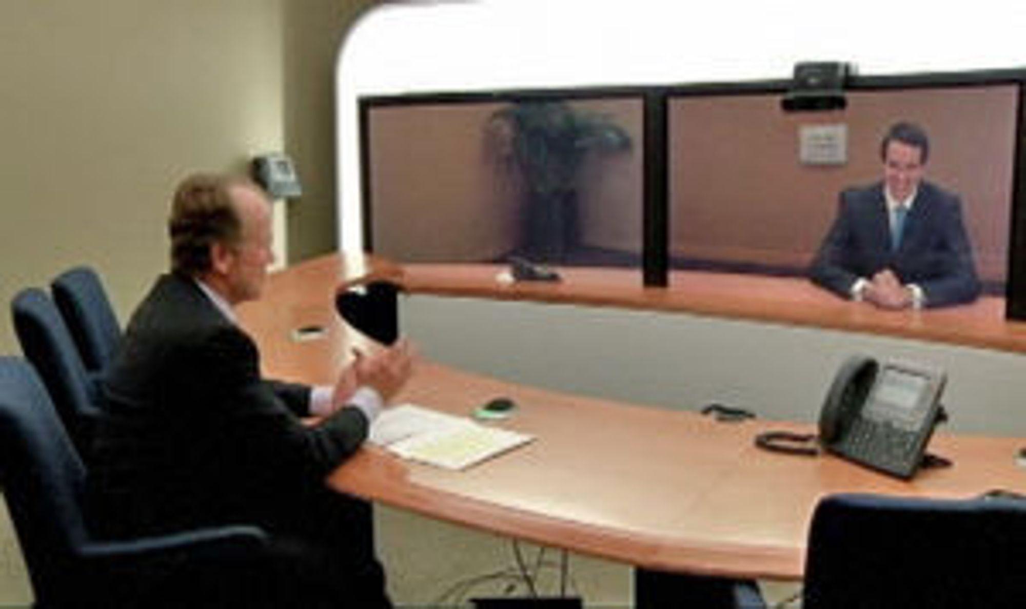 John Chambers og Fredrik Halvorsen bruker Cisco-utstyr i den offisielle videoen om Ciscos kjøp av Tandberg.