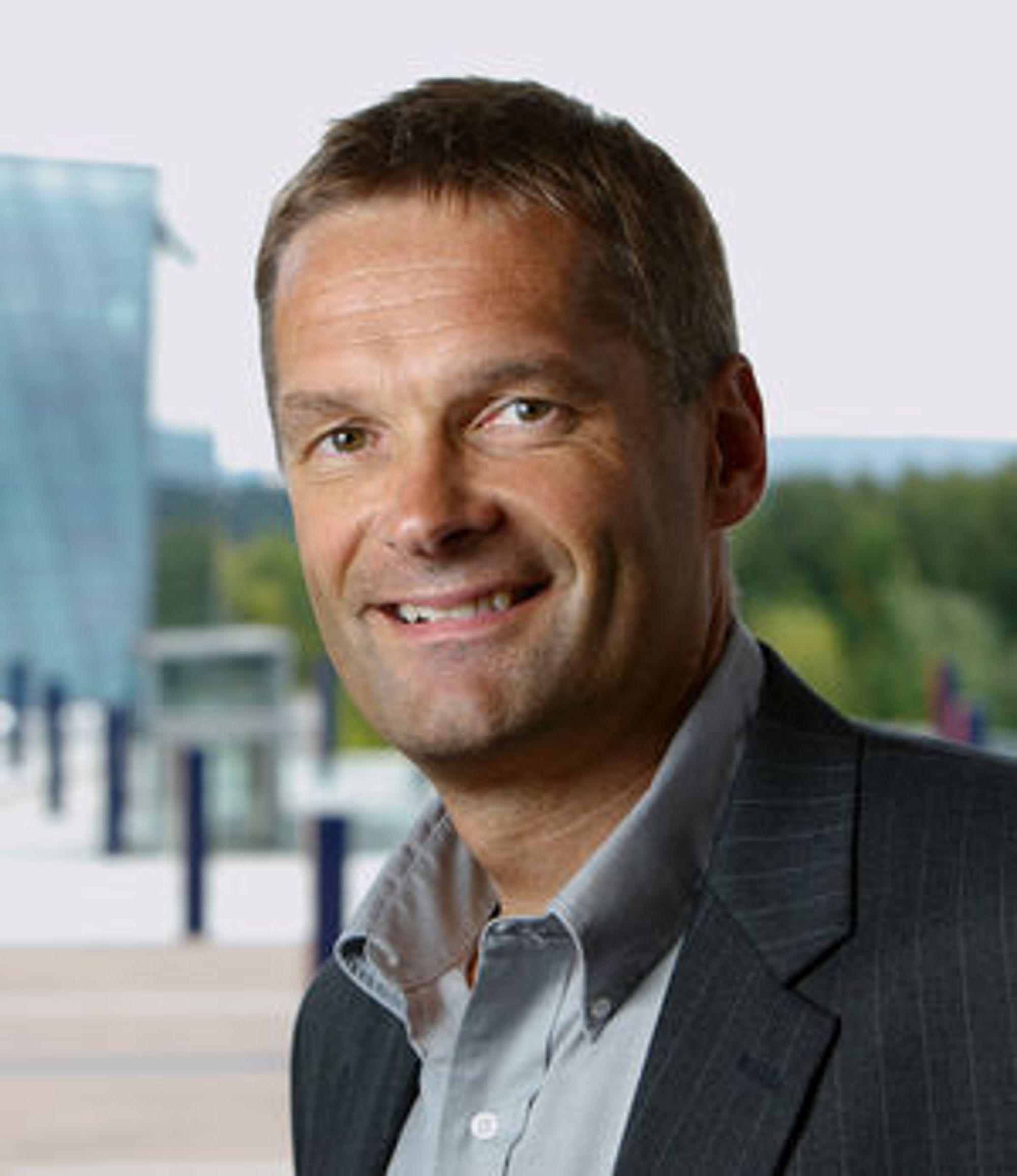 Abraham Foss i Telenor ivaretar sikkerheten når DnB Nor-ansatte bytter ut fasttelefon med mobil.