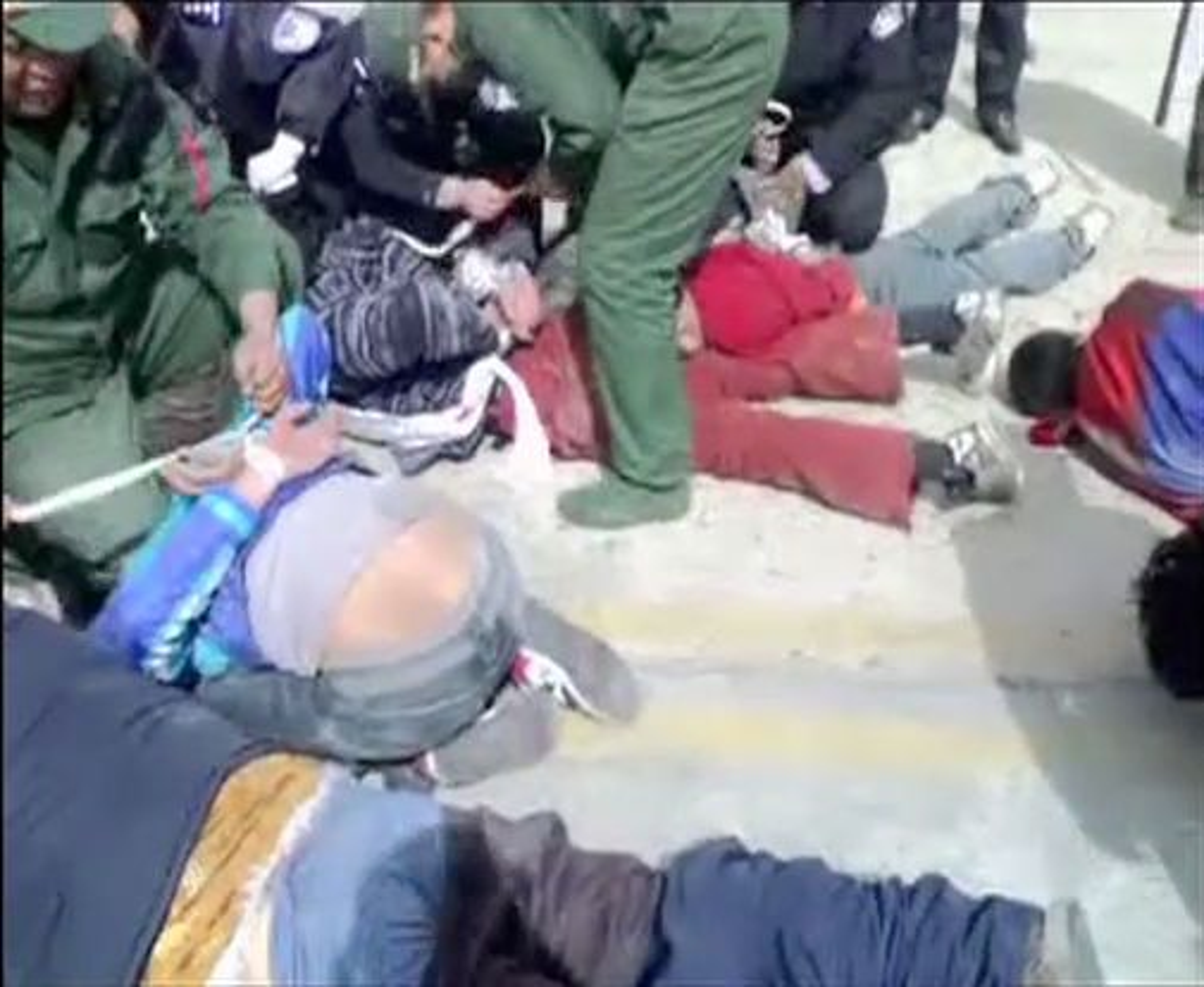 Den tibetanske eksilregjeringen har lagt ut videoer som skal vise mishandling av demonstranter i Tibets hovedstad Lhasa.