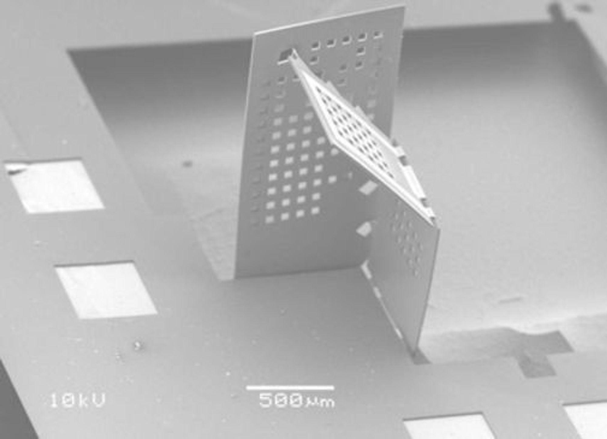 Forskere fra MIT har utviklet en metode for bygge enkle 3D-strukturer ved å brette syntetiske polymermaterialer i nano- og mikroskala. (Foto: Nader Shaar)