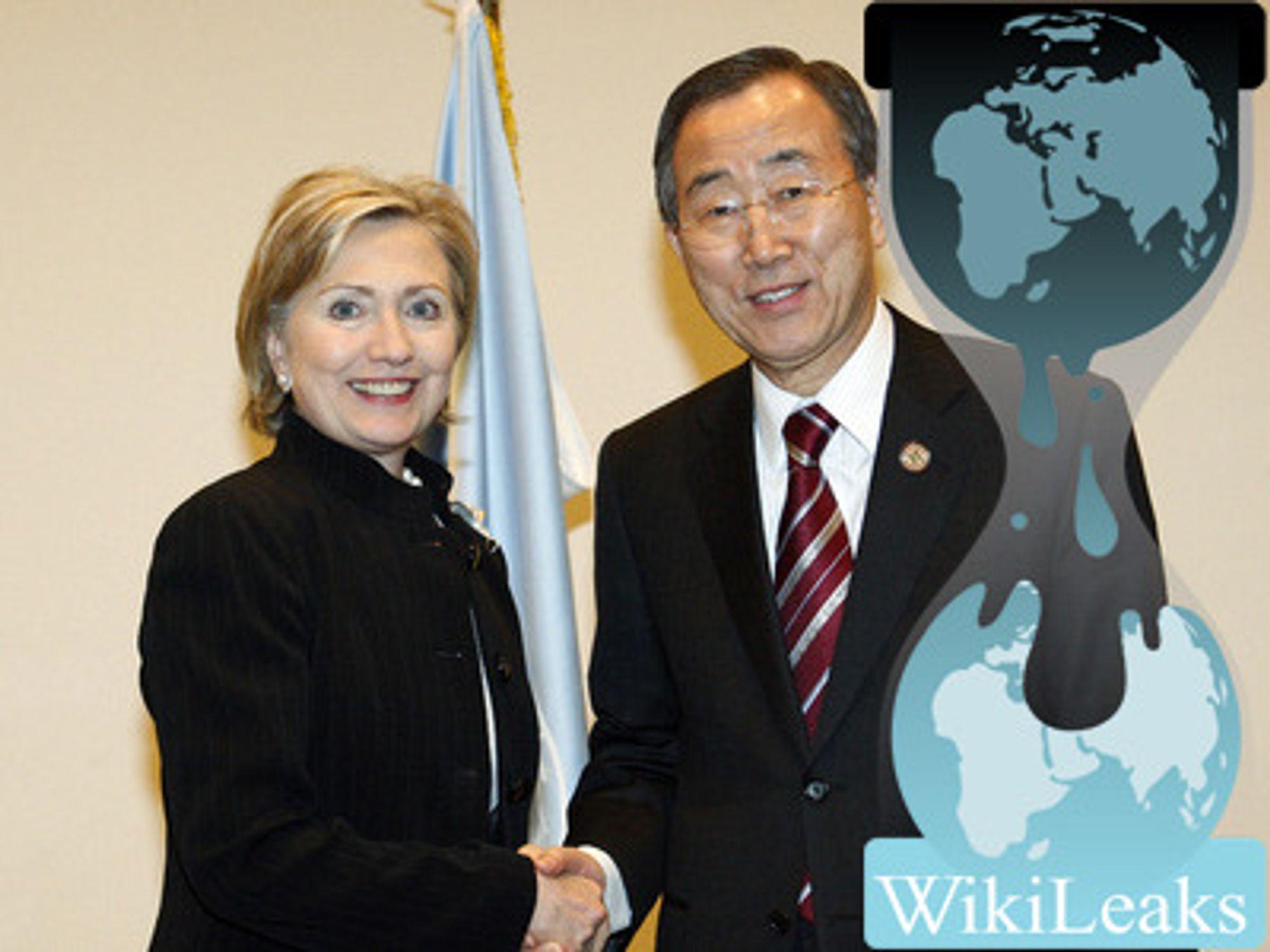 Montasjen bygger på et bilde tatt av USAs utenriksminister Hillary Clinton og FNs generalsekretær Ban Ki-moon i Eypt i mars 2009, av UN Photo/Mark Garten, fire måneder før Clinton beordret datainnbrudd og overvåking av generalsekretærenog andre FN-topper.