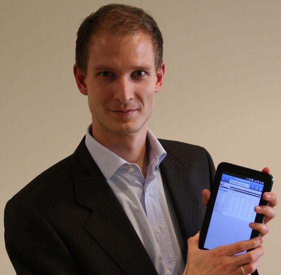 Edgeir Vårdal Aksnes, utviklingssjef i Visma Unique, er stolt over å kunne vise fram den nye skoleløsningen på  med nettbretett Samsung Galaxy Tab.