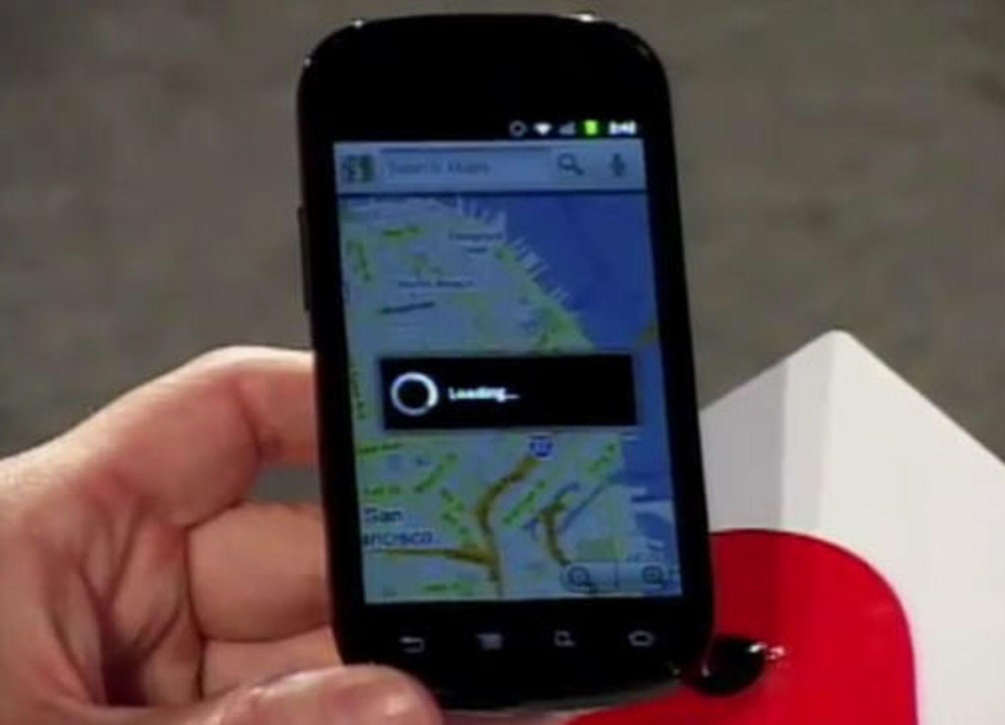 """Google-sjef Eric Schmidt viser fram kommende smartmobil basert på Android """"Gingerbread"""". Trolig er det snakk om mobilen Mulig Samsung Nexus S."""