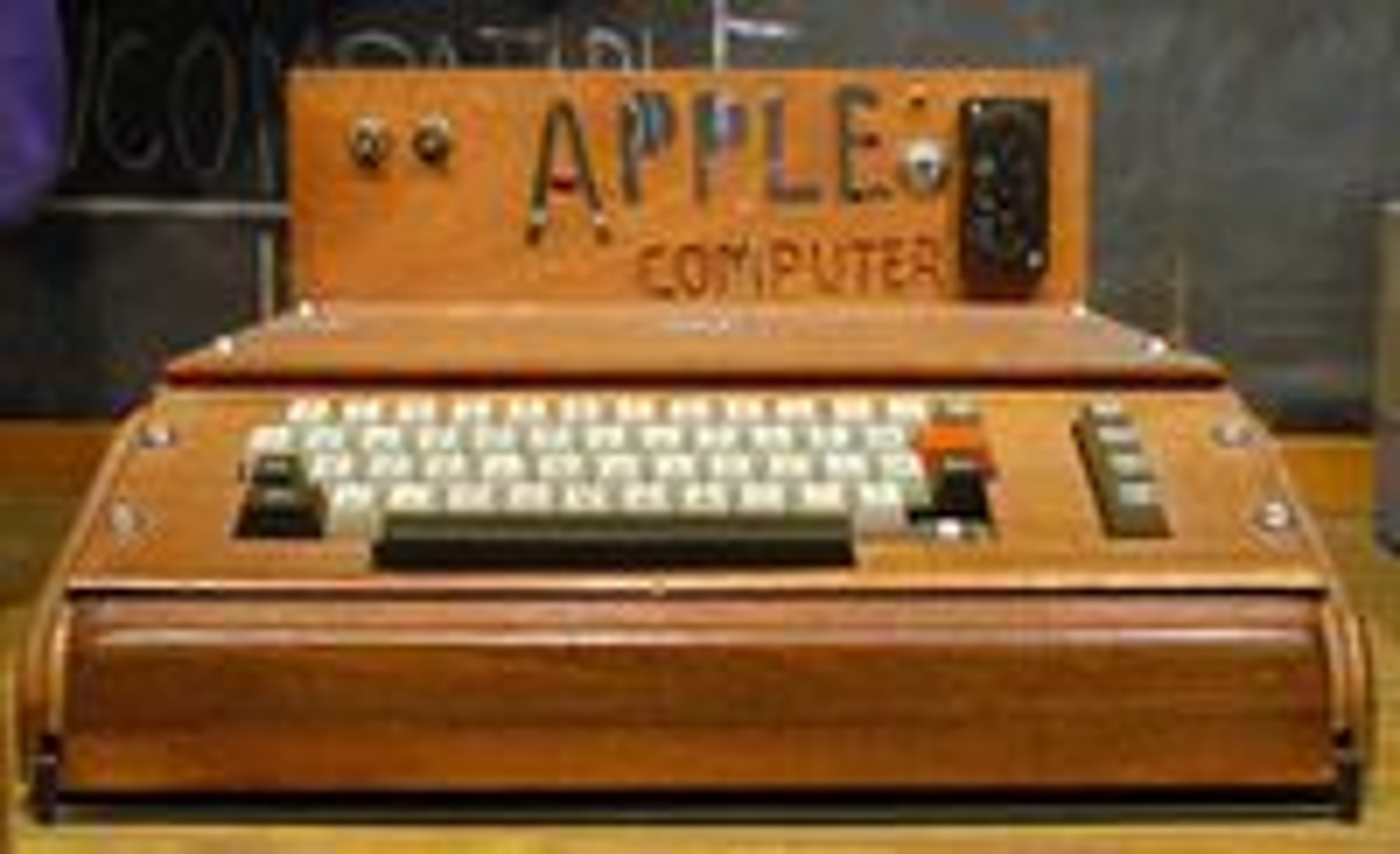 Apple I ble levert uten kabinett. Her en modell med hjemmesnekret kasse som står utstilt på museet Smithsonian.