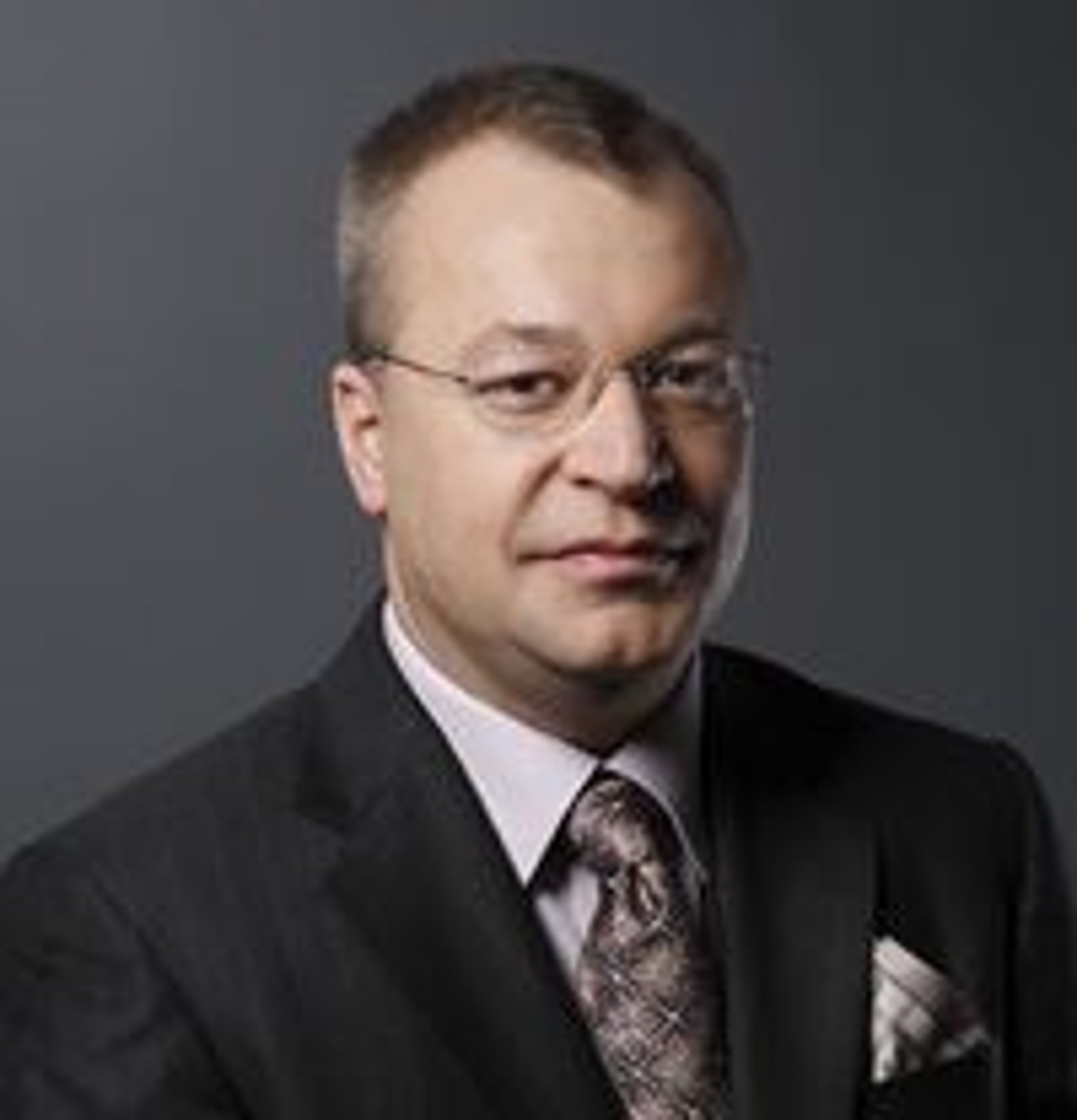 Stephen Elop er i dag sjef for «Business Division» i Microsoft. Han har tidligere hatt lederoppgaver i Juniper, Adobe og Macromedia. Han er kanadisk statsborger, og er utdannet i informatikk og ledelse ved McMaster University i Hamilton.