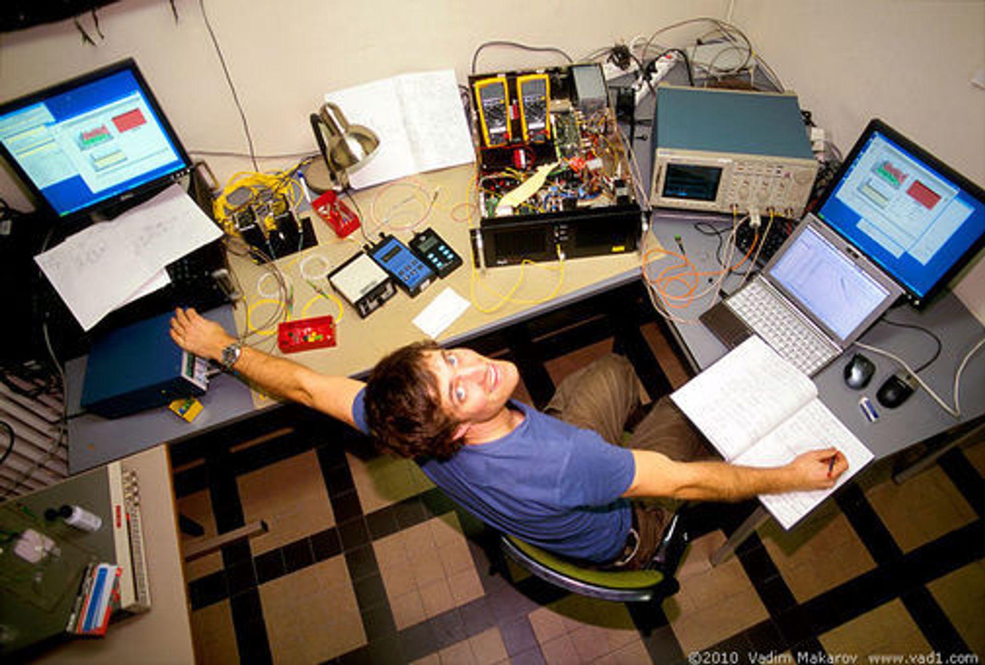 Lars Lydersen ved NTNU tester kvantekryptografisystemet QPN 5505 fra MagiQ Technologies.