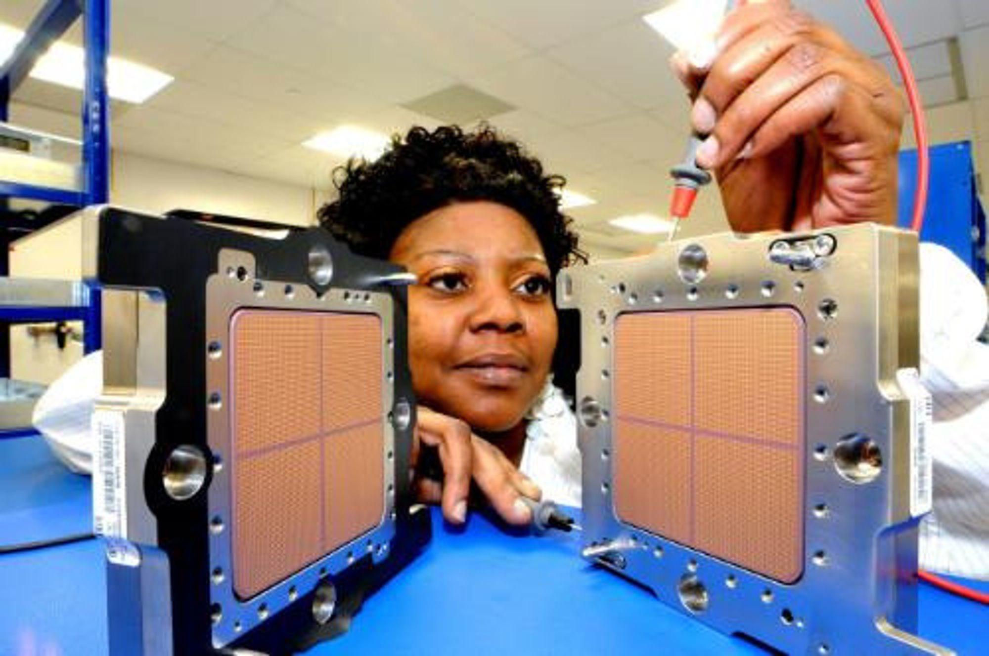 IBM-tekniker tester selskapets nye z196-prosessorer.