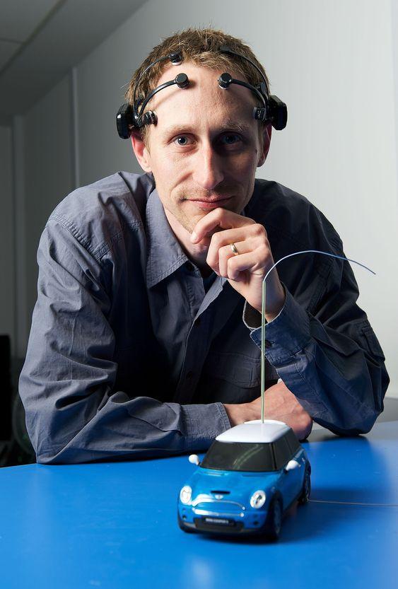 Kevin Brown ved IBM Software Groups avdeling for kommende teknologier har her på seg EPOC fra Emotive Lifesciences. Enheten har flere sensorer som kan avlese elektriske  hjerneimpulser.