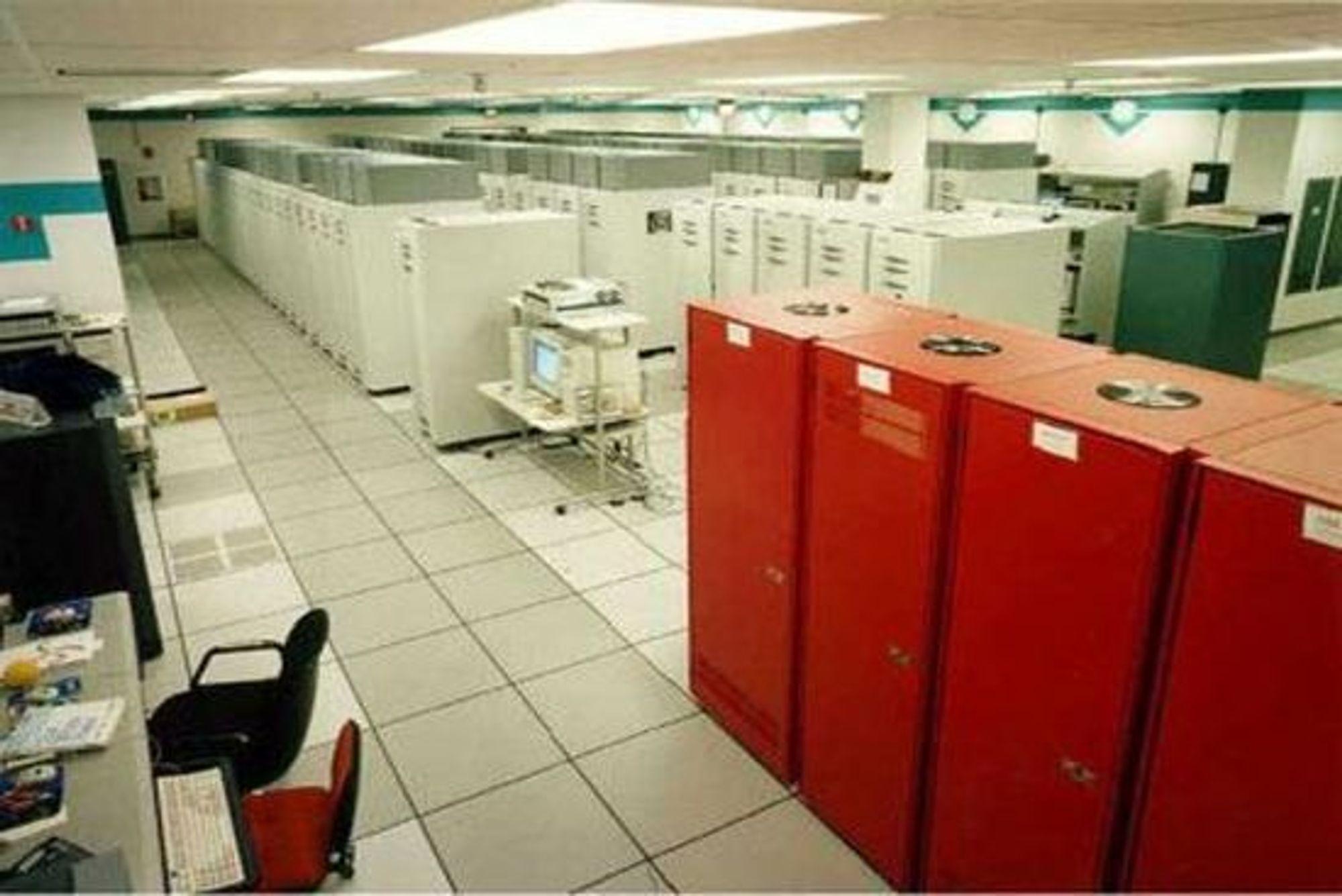 Superdatamaskinen ASCI Red til Sandia National Laboratories ble i 1997 verdens første datamaskin til å levere en ytelse på mer enn 1 teraflops. Dagens kraftigste superdatamaskin er mer enn 10 000 ganger kraftigere.