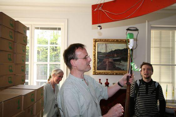 Håkon Wium Lie kobler strømkontakten til pæresokkelen på lampen