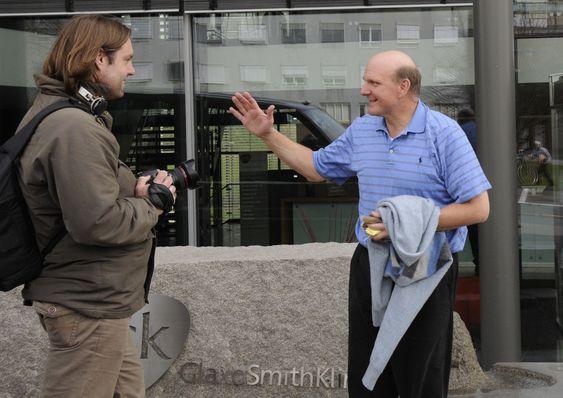 En engasjert Steve Ballmer veiver entusiastisk med armene når digi.no spør hvor viktig Fast er for Microsoft