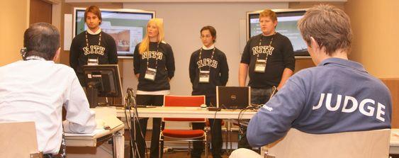 Etter en 20 minutter lang presentasjon får dommerne mulighet til å grille studentene med sine spørsmål.