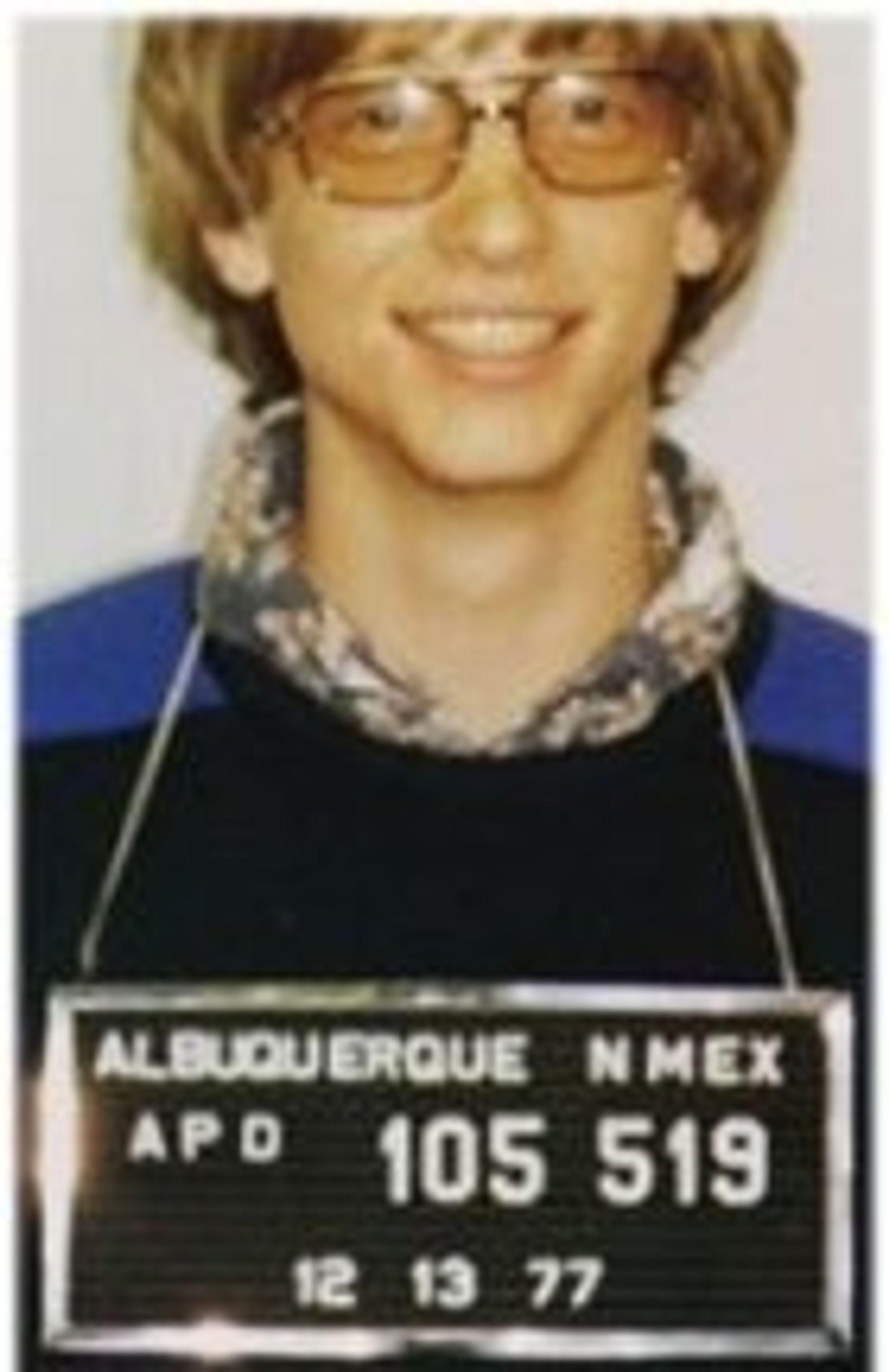 I mai 1977 ble Gates arrestert i New Mexico etter et trafikkuhell etter sigende forårsaket av høy fart. Dette bildet skal være autentisk.