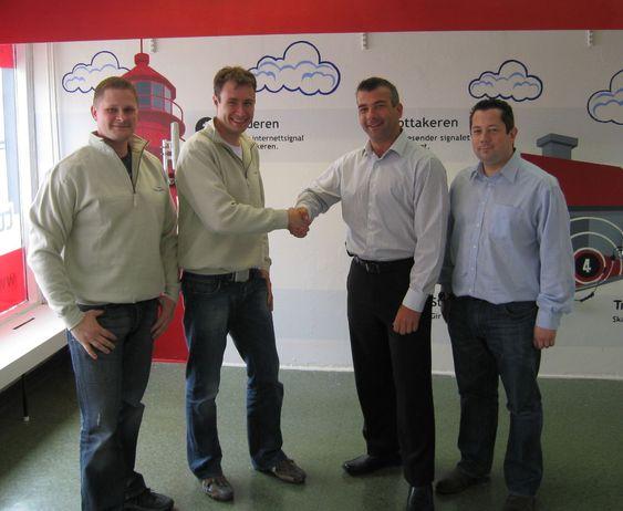 Prosjektleder Stig Pettersen (fra v.) og daglig leder Yngve Johannessen i Totalnett, sammen med markedsjef  Ian Walter og senioringeniør Simon Staddon i Motorola.
