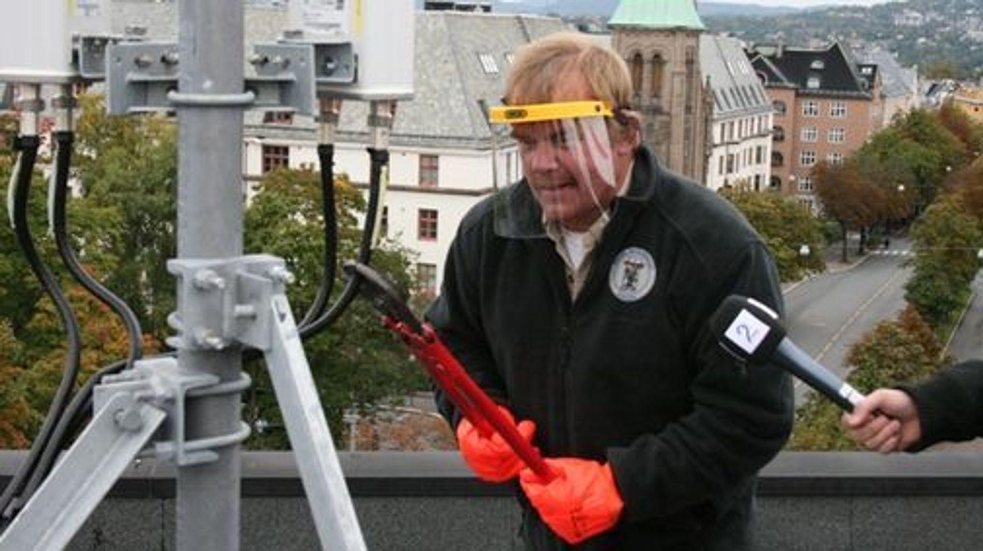 Kurt Oddekalv og Sissel Halmøy i Norges Miljøvernforbund mener at «eneste mulighet var å ta saksen i egen hånd».(foto: Norges Miljøvernforbund)