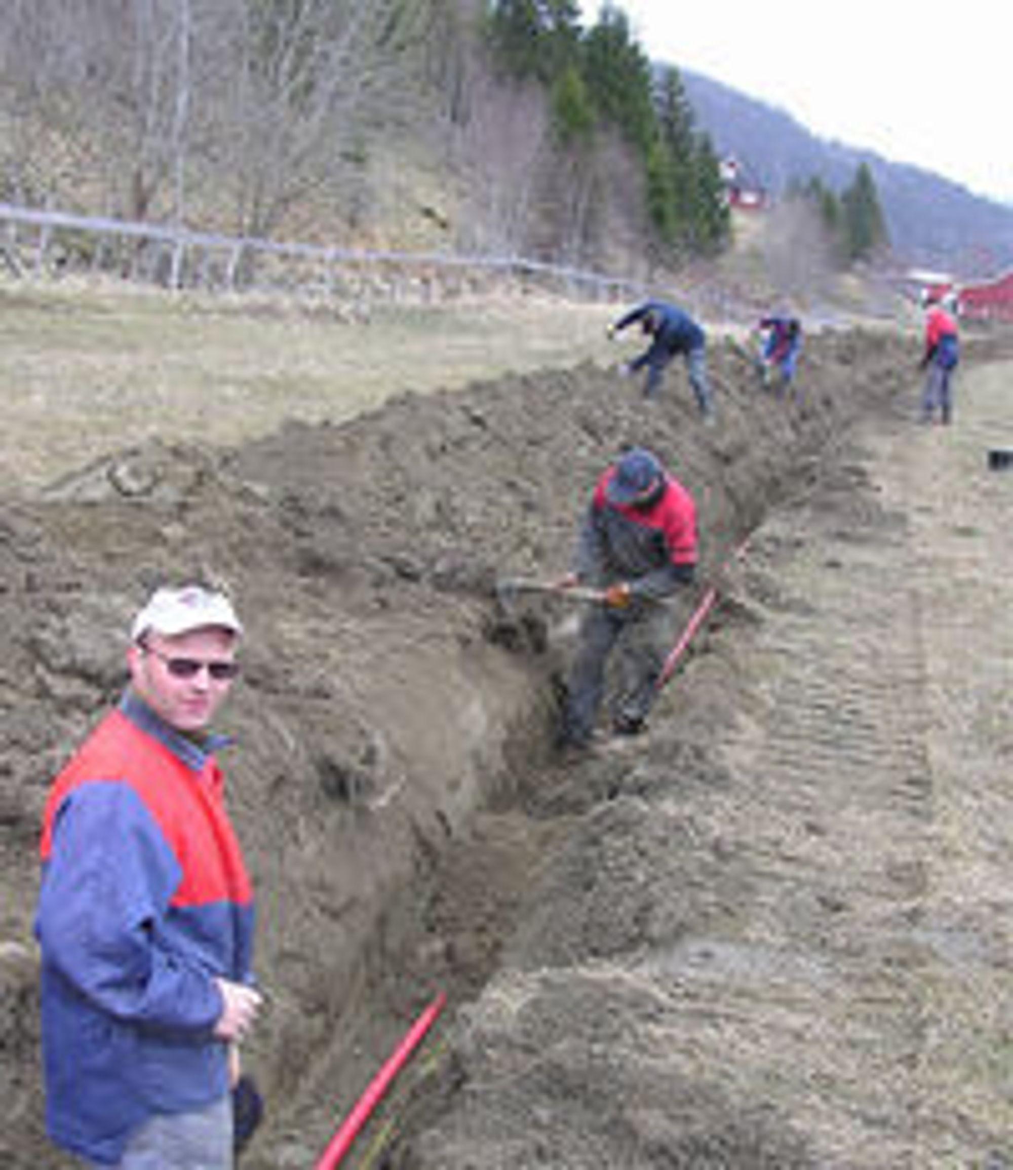 Innsatsvilje: Det er gravd over 20 kilometer grøfter på dugnad. (Foto: Stian Flobergseter)