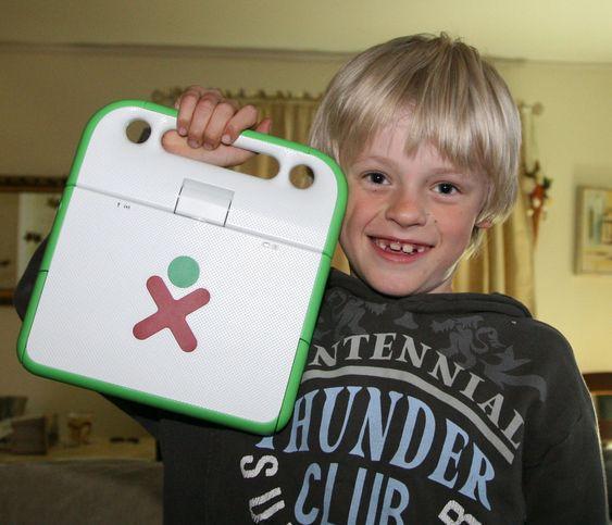 7 år gamle Carl Andreas Brenna synes OLPC-maskinen er kul og enkel å bruke, men at den er for treg i forhold til vanlige PC-er.