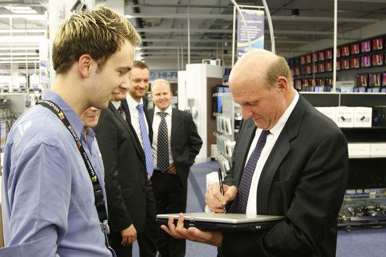 Håvard S. Haukeberg er ansatt som «Microsoft Guru» i Microsoft Concept Store inne på Elkjøp Megastore. Han benyttet muligheten til å få Ballmer til å signere sin skole-PC.