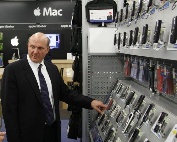 Steve Ballmer sjekket ut mobilutvalget, og tok seg også tid til en runde i Apple-butikken.