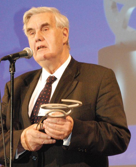 Avtroppende direktør i Datatilsynet, Georg Apenes, var tydelig rørt da han takket for Rosings hederspris. (foto: Dataforeningen / Siri Rooseboom de Vries)