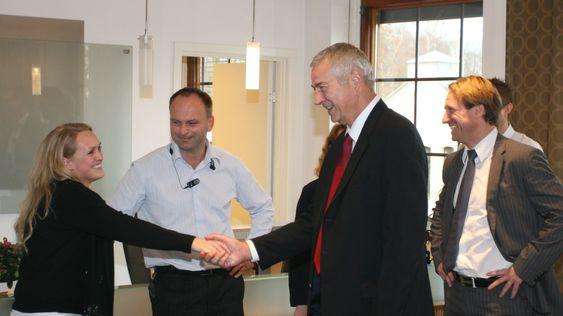 Toppsjef James Goodnight tok seg tid til å hilse på en ny ansatt i SAS Institute Norge.