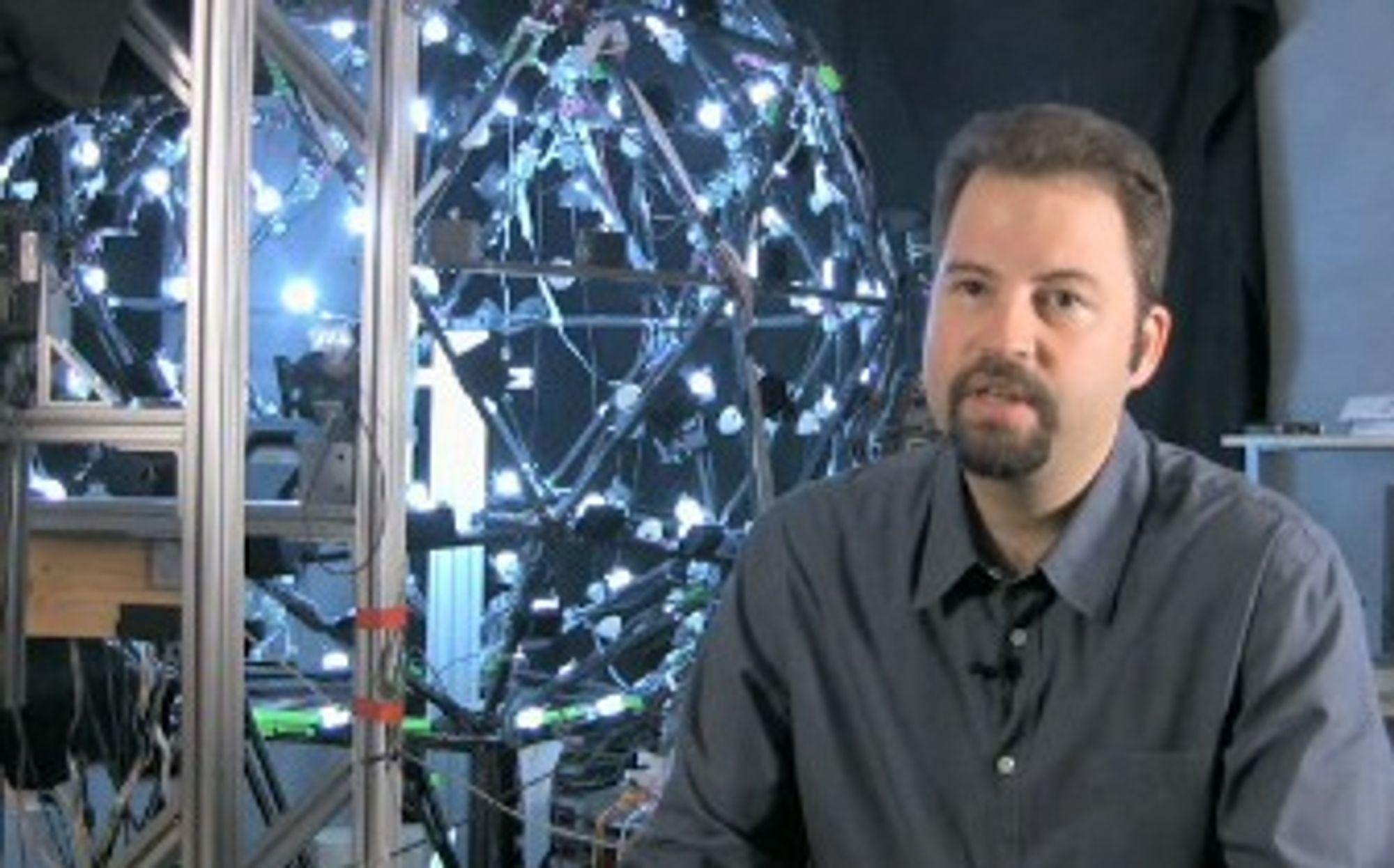 Paul Debvec foran kulen med LED-lys