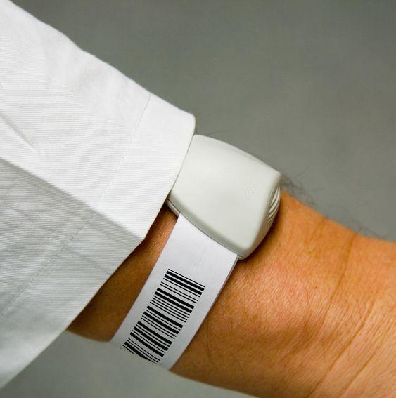 Pasientens armbånd har strekkode i tillegg til Sonitors brikke.