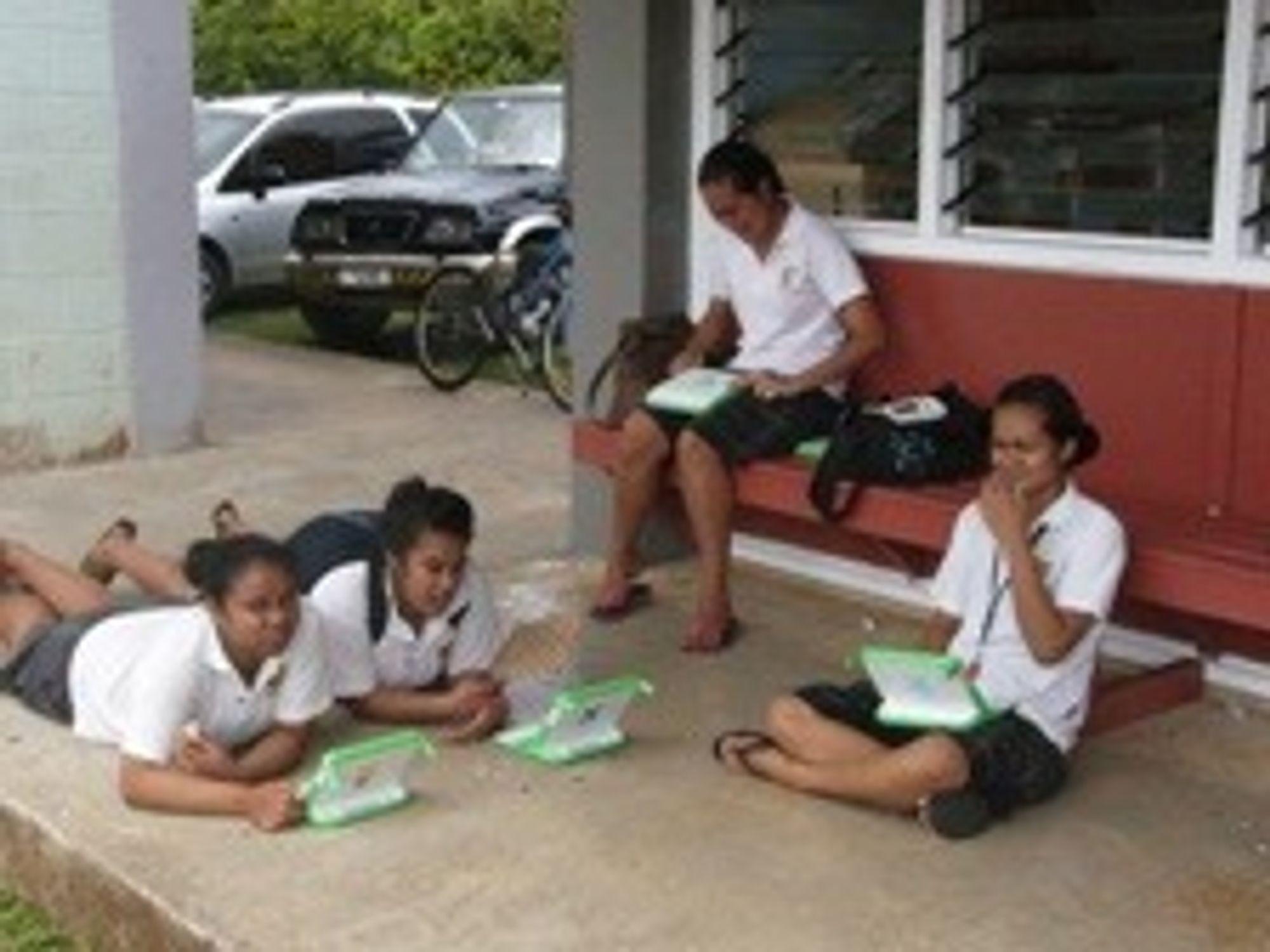 Skoleelever på Niue har fått hver sin XO. (foto: OLPC)