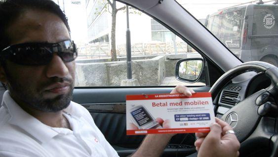 Taxisjåfør Maqsood Asi tror flere av kundene hans vil betale med mobiltelefonen.