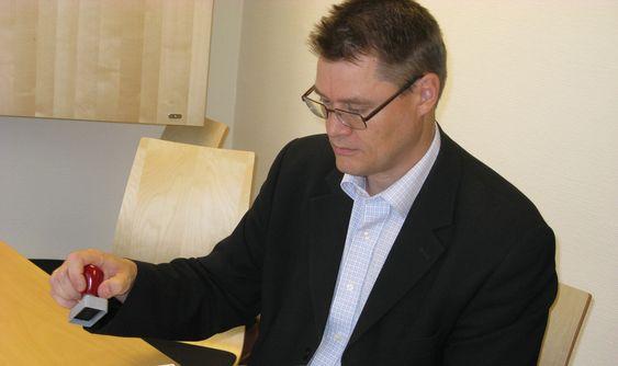 Bård Helge Hofstad skal igjen signere en omfattende kontrakt for logistikk- og økonomisystemer. Forrige gang måtte avtalen kanselleres.