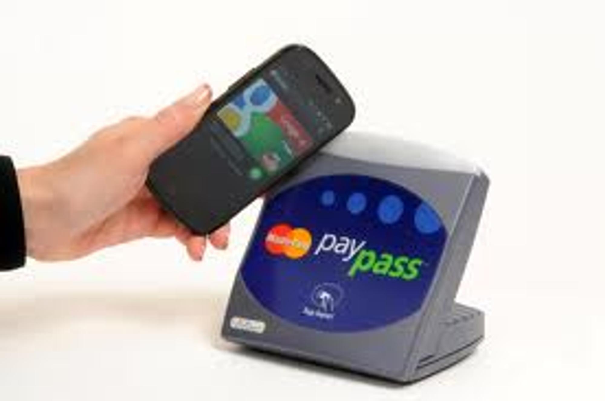 Google Wallet bruker NFC: Du laster ned en app og oppretter en konto med navn, passord og kredittkortnummer. Når du skal betale sveiper du mobilen over butikkens NFC-terminal. Betalingsdata overføres direkte fra NFC-terminalen til banken.