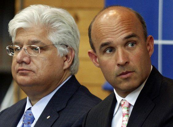 På tide å gå:  gründer Mike Lazaridis (til v.) og hans med-konsernsjef  Jim Balsillie. Begge beholder plassene sine i styret, samt en betydelig aksjeportefølje.