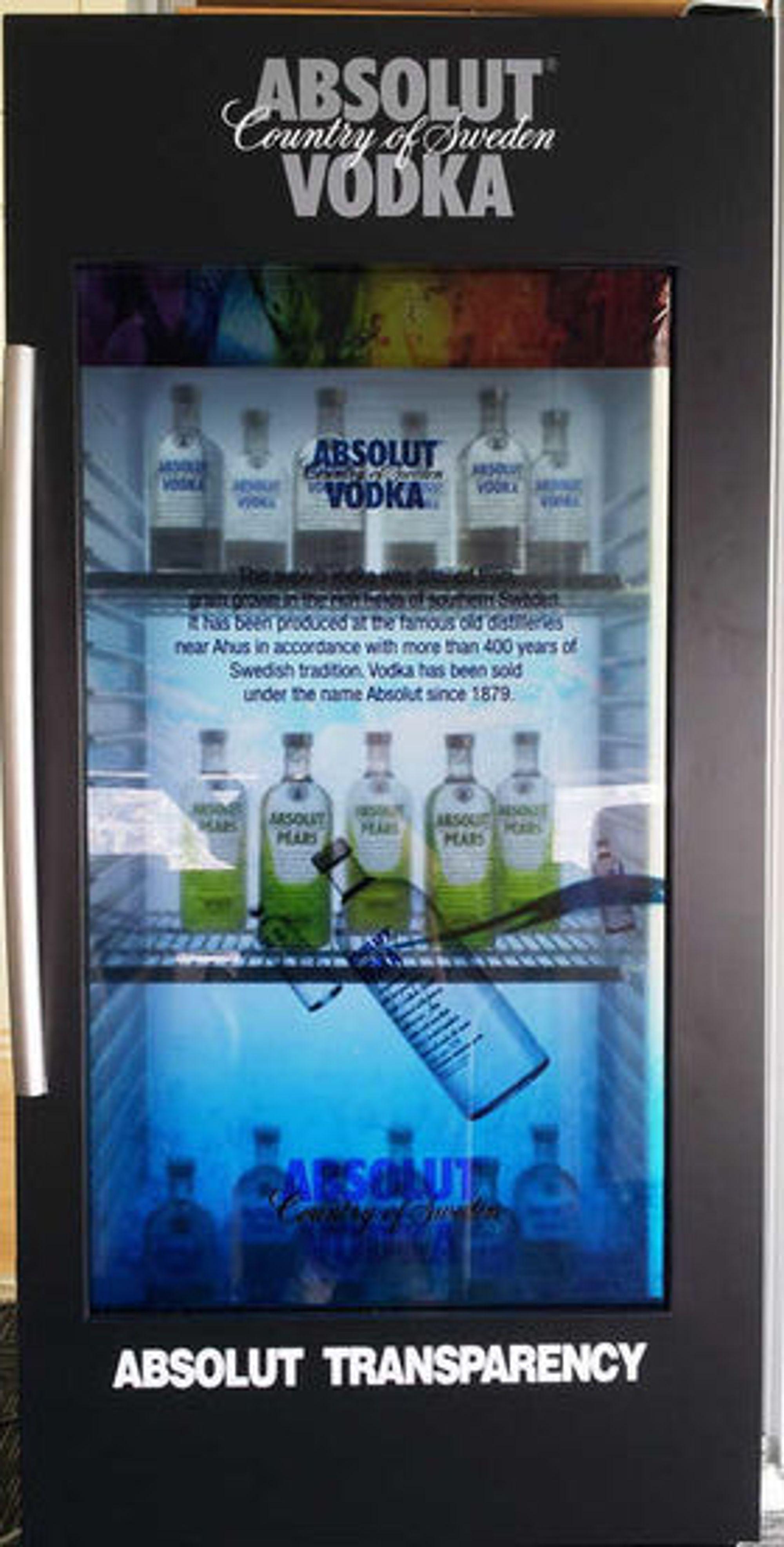 Kjøleskap utstyrt med Samsung Transparent Smart Window i døren.