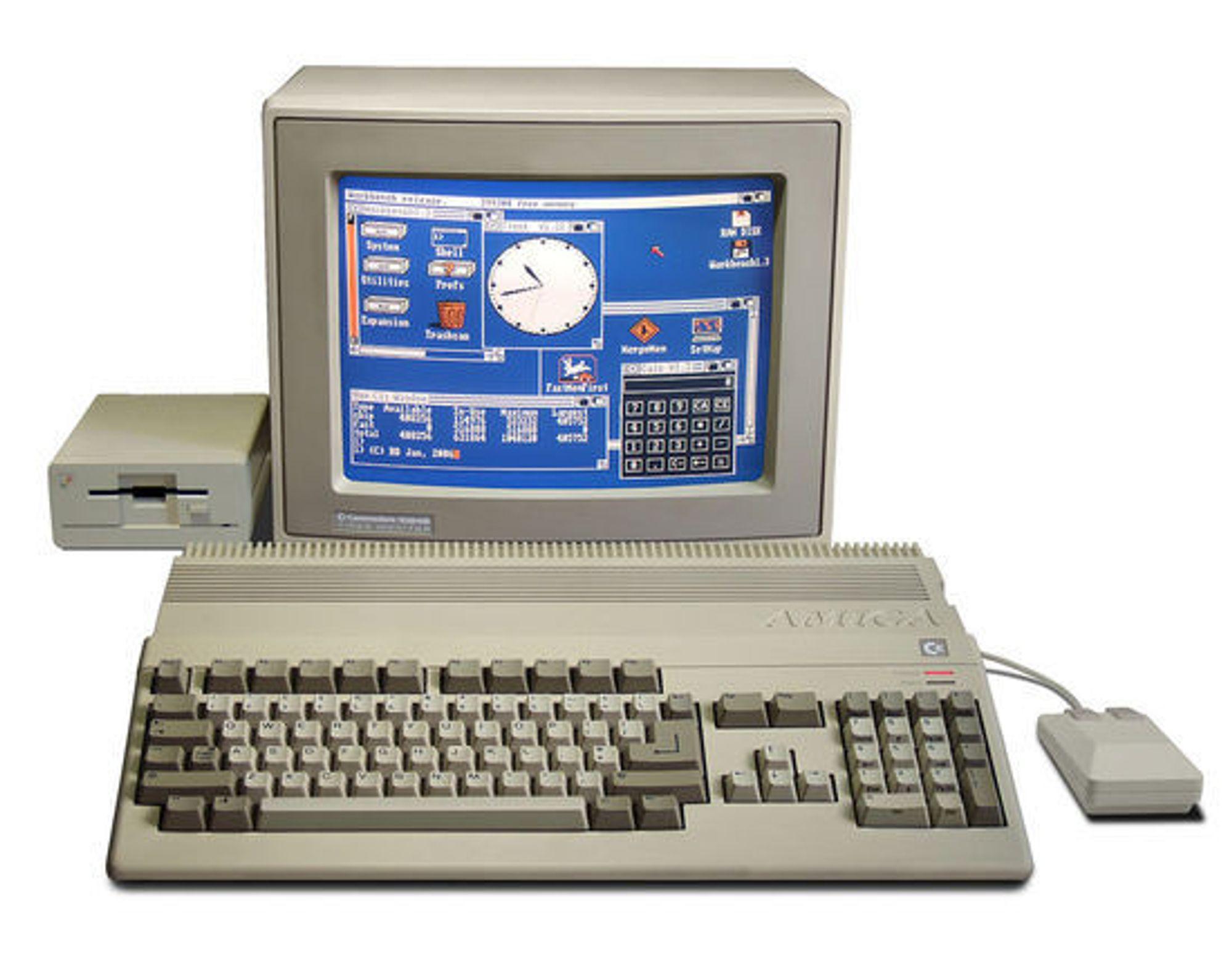 Commodore Amiga 500 med mus, skjerm og diskettstasjon.