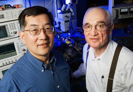 Professorene Milton Feng og Nick Holonyak Jr. ved University of Illinois.