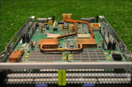 Kjølingen er laget slik at hver server kan løsnes fra vannforbindelsen like enkelt som fra de øvrige kontaktene.